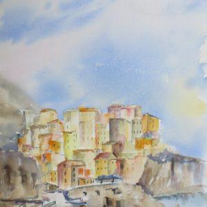 Ville de Croatie en bord de montagne